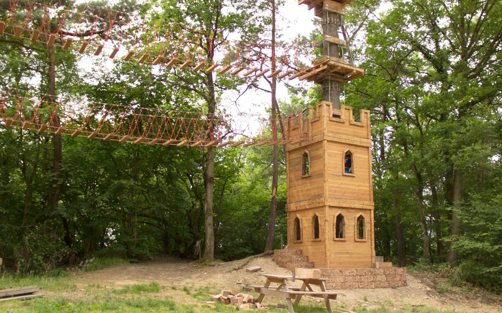 Neuer Holzturm als Einstieg zur langen Seilrutsche